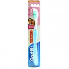 Oral-B Зубная щетка 3-effect Деликатное отбеливание 40 средней жесткости